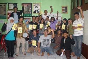 Heni Lani bagi-bagi buku Papua Barat dari Pangkuan ke Pangkuan karangan Agus A. Alua.Kami berfoto bersama usai diskusi soal Papua.